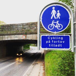 Her er det tilladt at cykle på fortorvet.